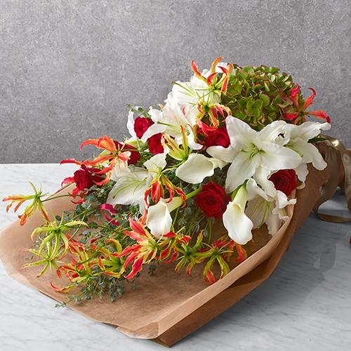 カラーやユリの花束<ルージュブラン>