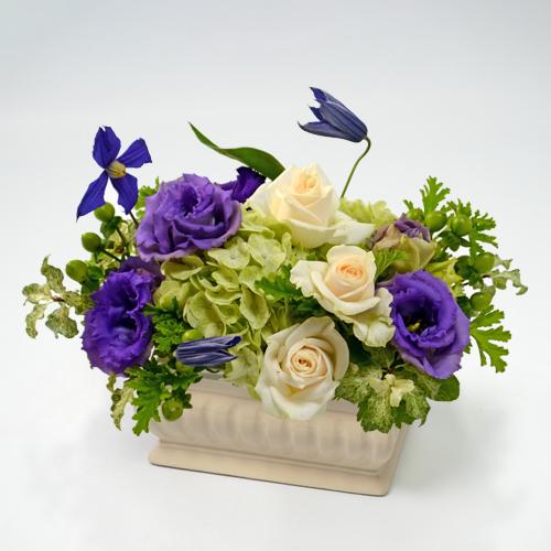 紫のトルコキキョウとクレマチスのフラワーアレンジメントの画像