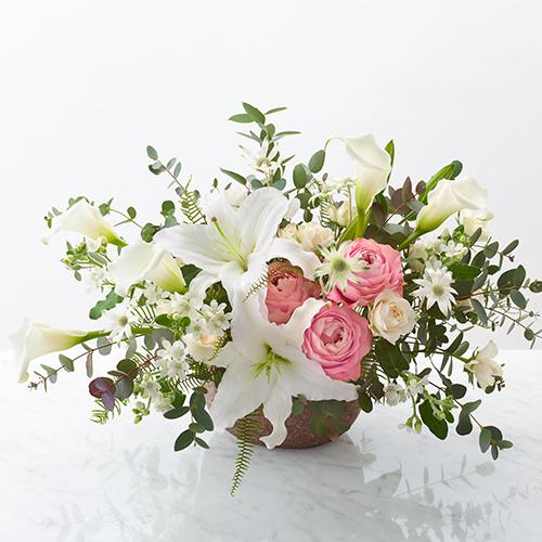 ピンクのバラとユリのフラワーアレンジメントの画像