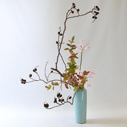 秋のいけばな花材<榛の木・紅葉ヒペリカム・ネリネ>