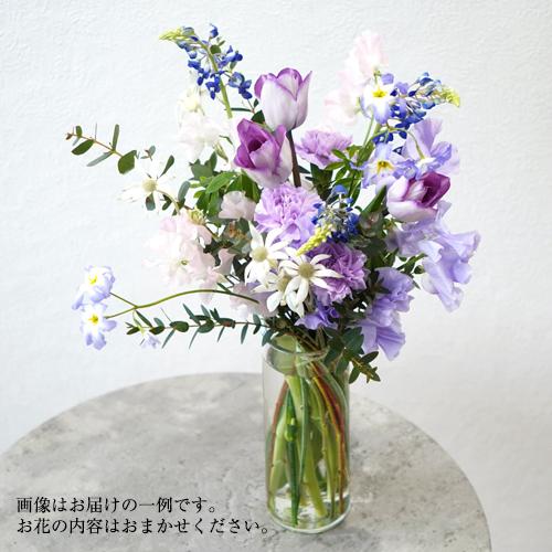花瓶に活けた紫の花の画像