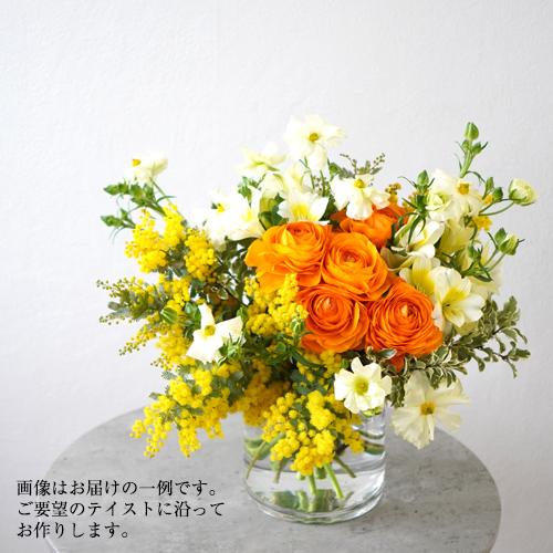 花瓶に活けたオレンジの花の画像