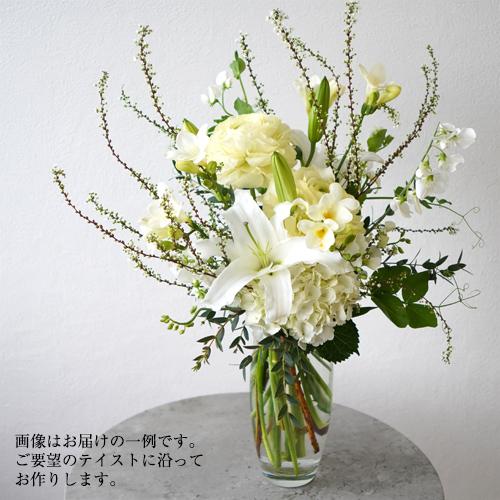 花瓶に活けた白の花の画像