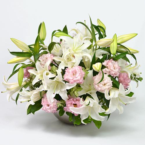 白いユリと淡いピンクのトルコキキョウのご供花アレンジメント