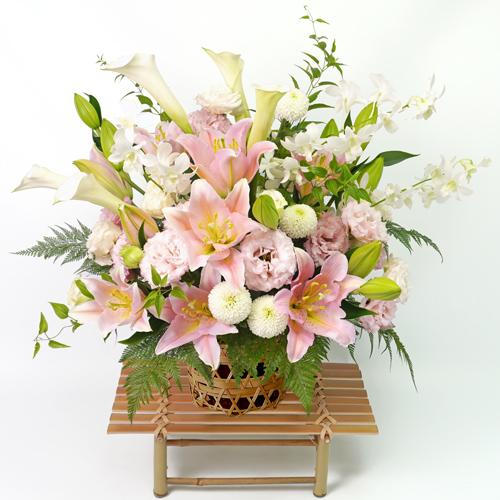 淡いピンクのユリと白い花の細網篭花(ご供花)